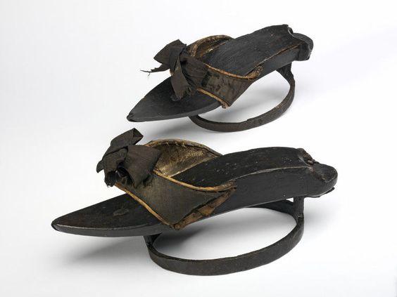 18世紀英国製。近代になるとパッテンは女性用になっていったため、このようなデザインのものも。/ Victoria and Albert Museum