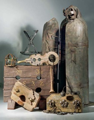 from https://commons.wikimedia.org/wiki/File:Diverse_torture_instruments.jpg